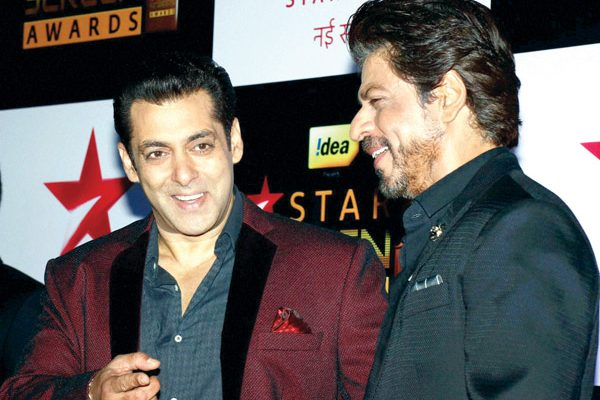 Mumbai: Bollywood actors Salman Khan and Shah Rukh Khan share a light moment during the 23rd Annual Star Screen Awards 2016 in Mumbai on Sunday.  PTI Photo(PTI12_5_2016_000122B)